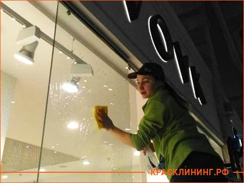 Чистка витрины в магазине детских товаров