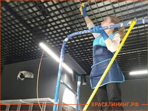 Удаление пыли с потолка в магазине спортивной одежды