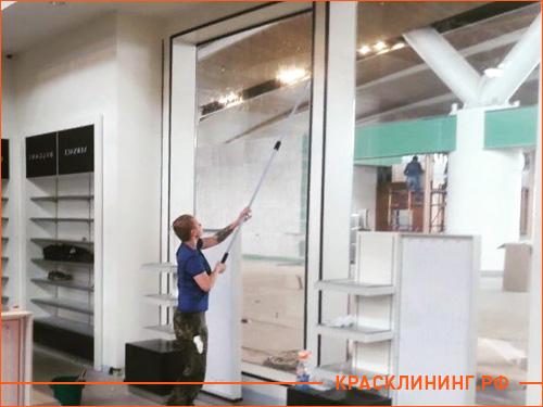 Чистка витрины магазина после ремонта от строительной пыли и пятен